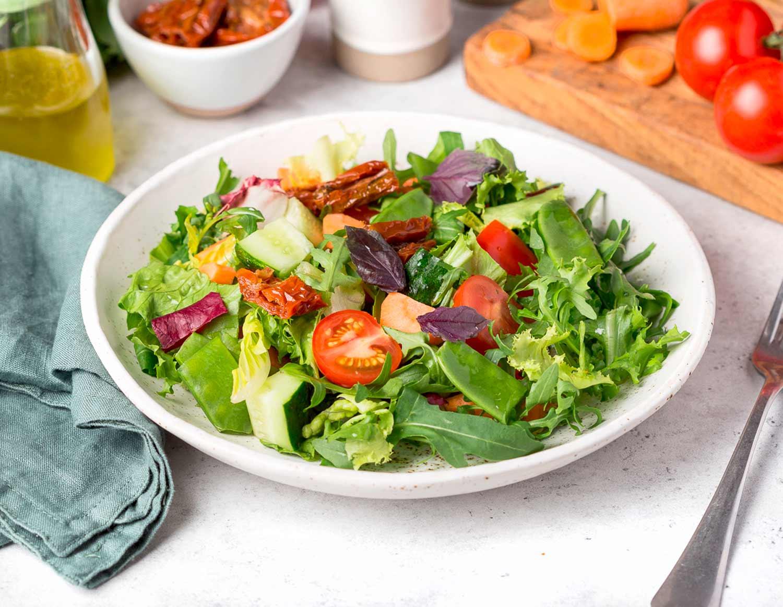 Итальянский салат с базиликовым маслом