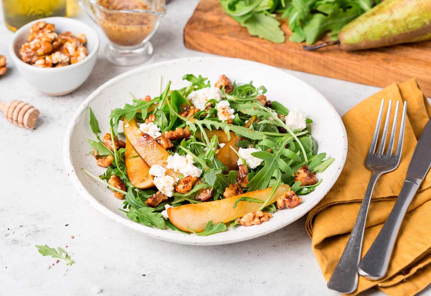 Салат с грушей и ореховым крокантом