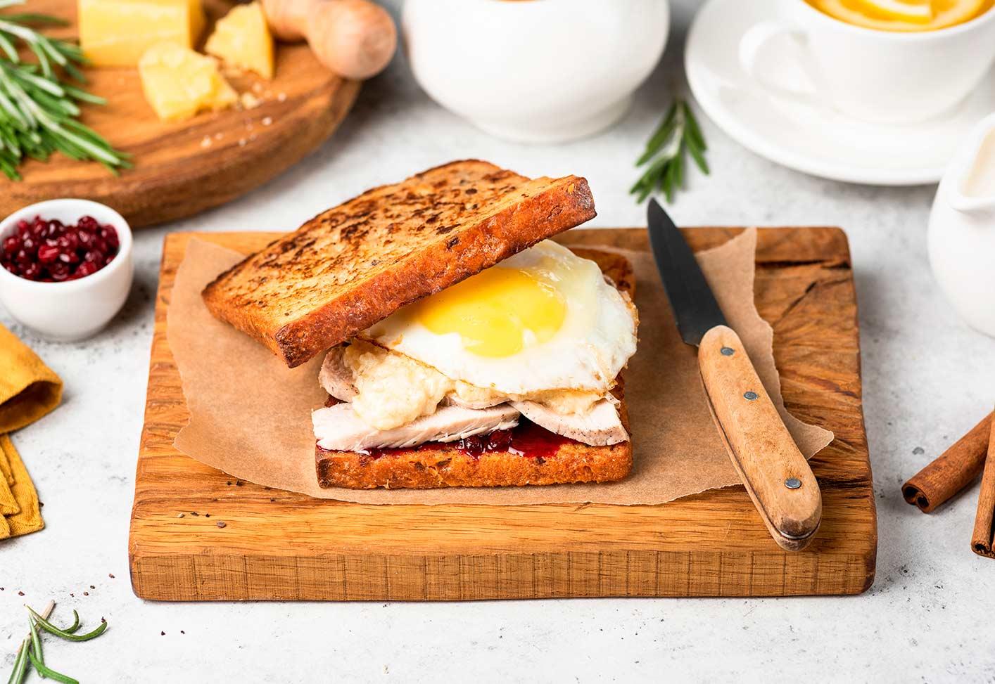 Французский тост с индейкой и яйцом