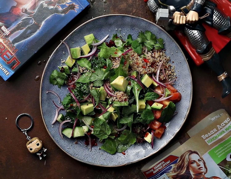 Теплый салат с киноа и авокадо от
