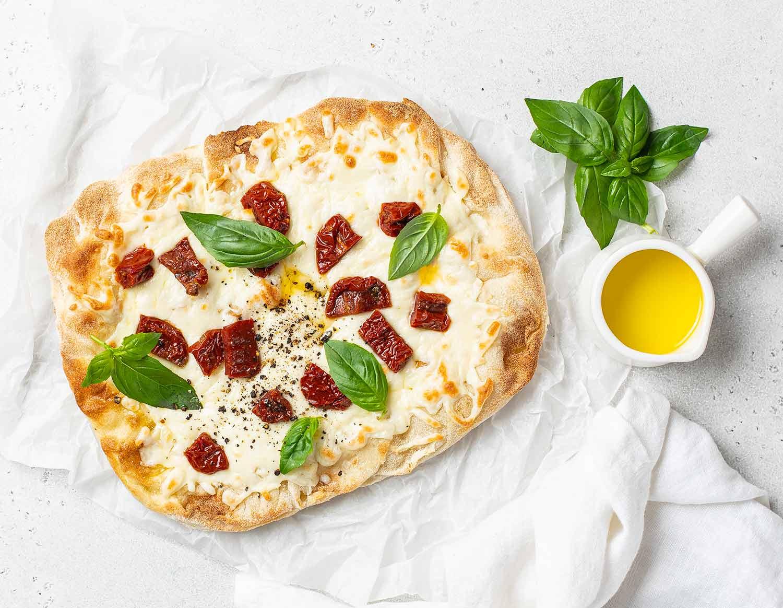Римская пицца с вялеными томатами,